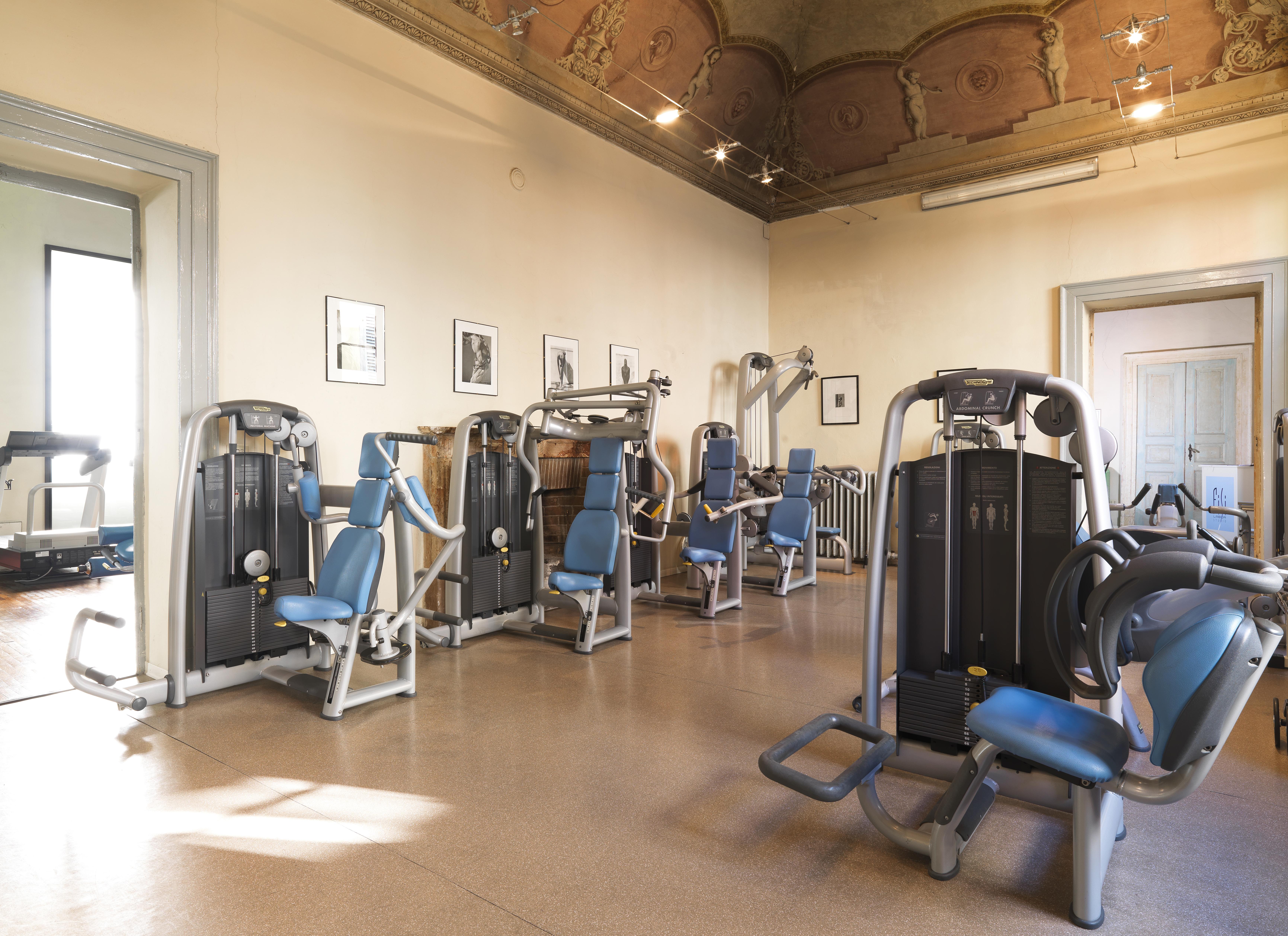 la sala con tutte le macchine isotoniche per l'allenamento nella palestra Fisilabor