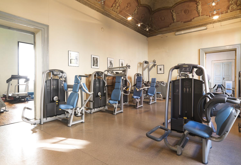 ampia sala con soffitti dipinti con macchine isotoniche di ultima generazione nella palestra FisiLabor