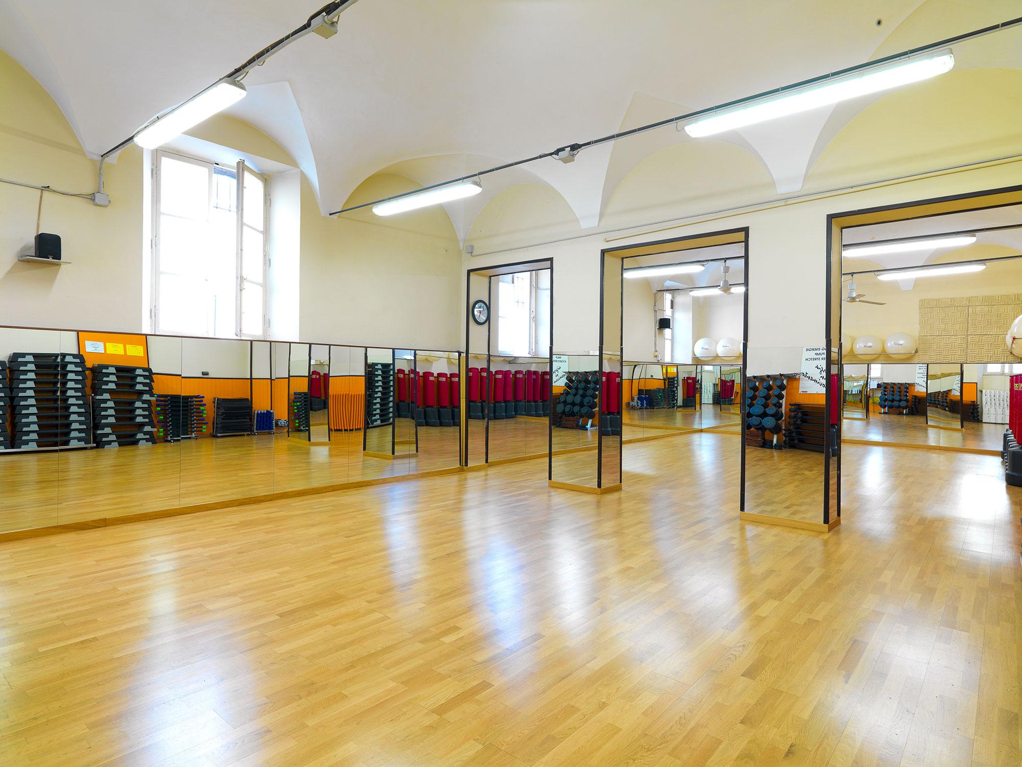 ampia e luminosa sala per tutte le attività e i corsi della palestra FisiLabor