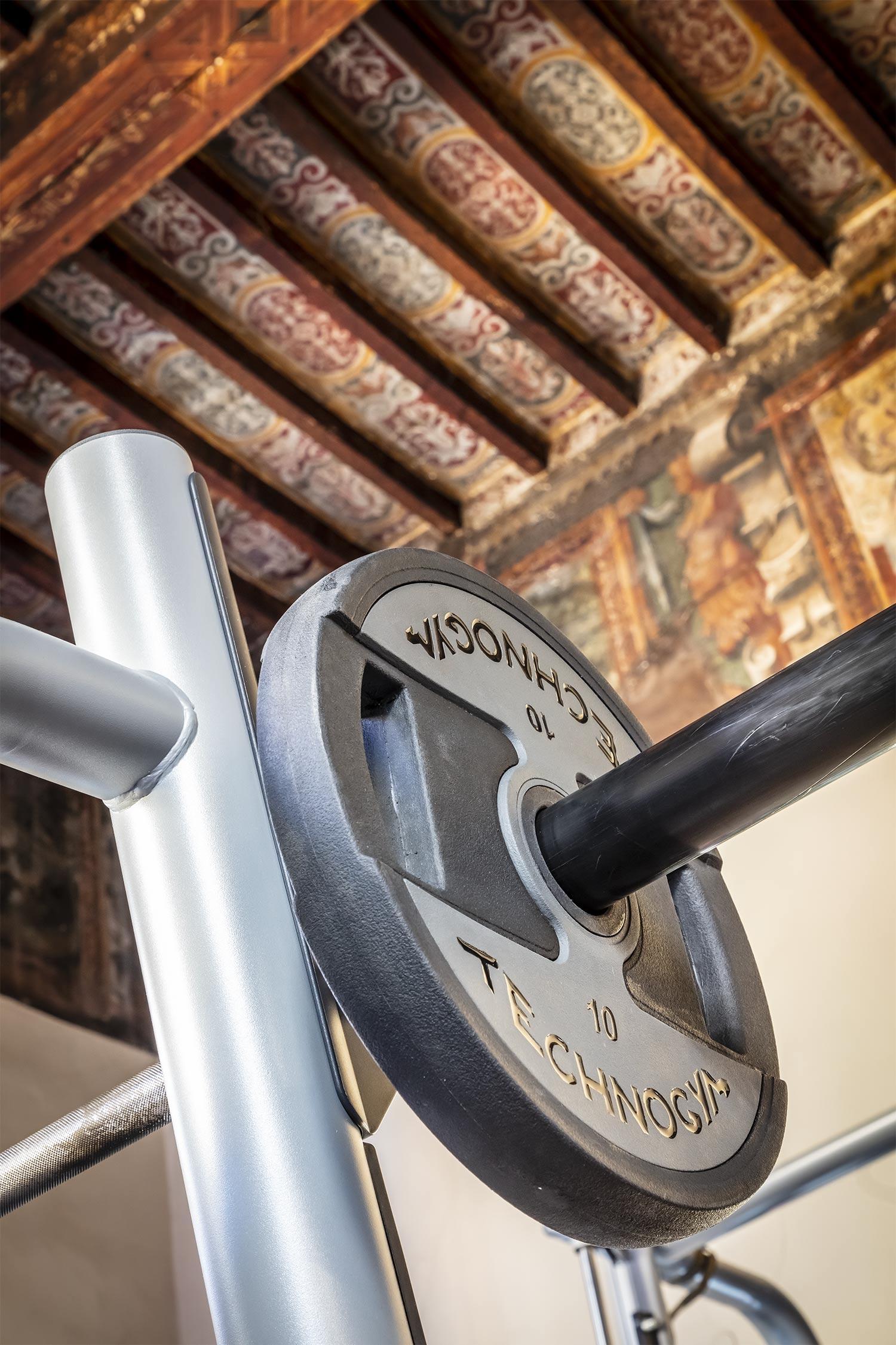 Nella palestra FisiLabor potrai allenarti sotto a soffitti unici del palazzo storico Tarasconi - Smeraldi